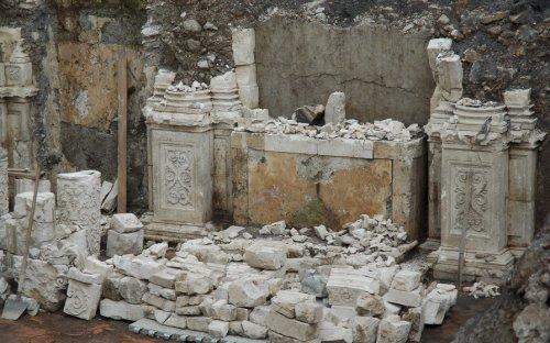 2a campagna di scavo primo altare a destra con i pezzi recuperati (ott.2009)