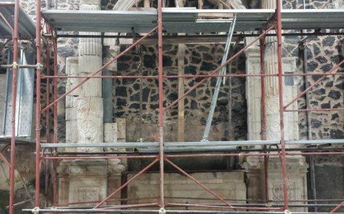 3a campagna - ricostruito l'arco del primo altare a destra con le colonne laterali (nov.2015)