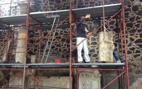 3a campagna di scavo - ricomposizione altare con i pezzi ritrovati nella precedente campagna di scavo (nov.2015)