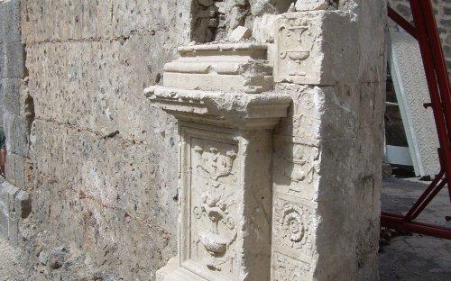 Particolare porta di ingresso antica chiesa Madre