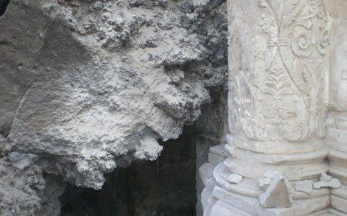 La lava addossata alla colonna dell'altare che ostruisce la porta d'ingresso del campanile (ott.2009)